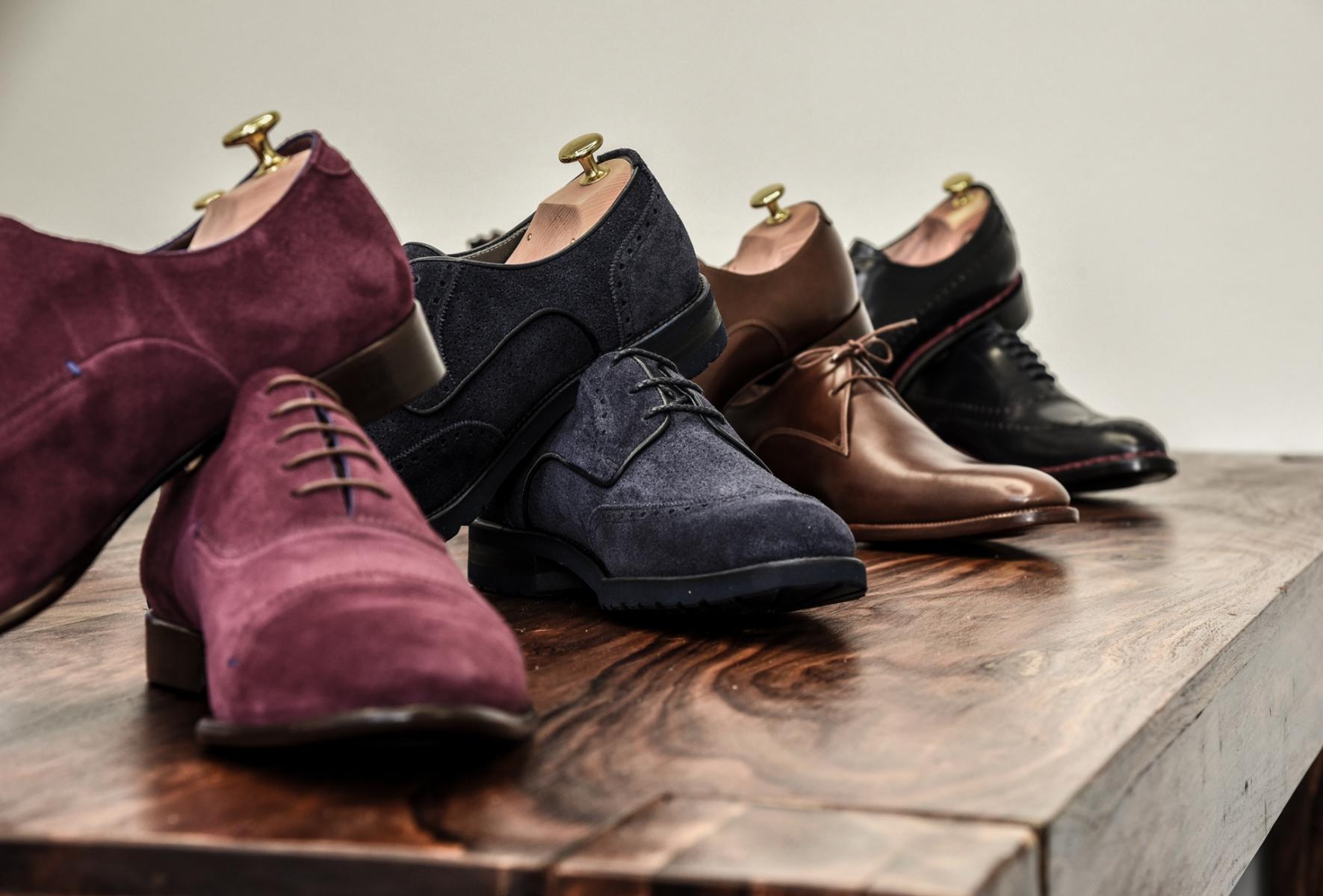 982afdde04d8b ... kvalitní boty na míru, je podobně velmi obtížné zajistit vhodné a  spolehlivé dodavatele prvotřídních materiálů. Díky mnohaletému působení na  trhu a ...